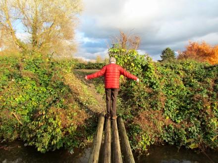 Mein Vater balanciert über eine Brücke